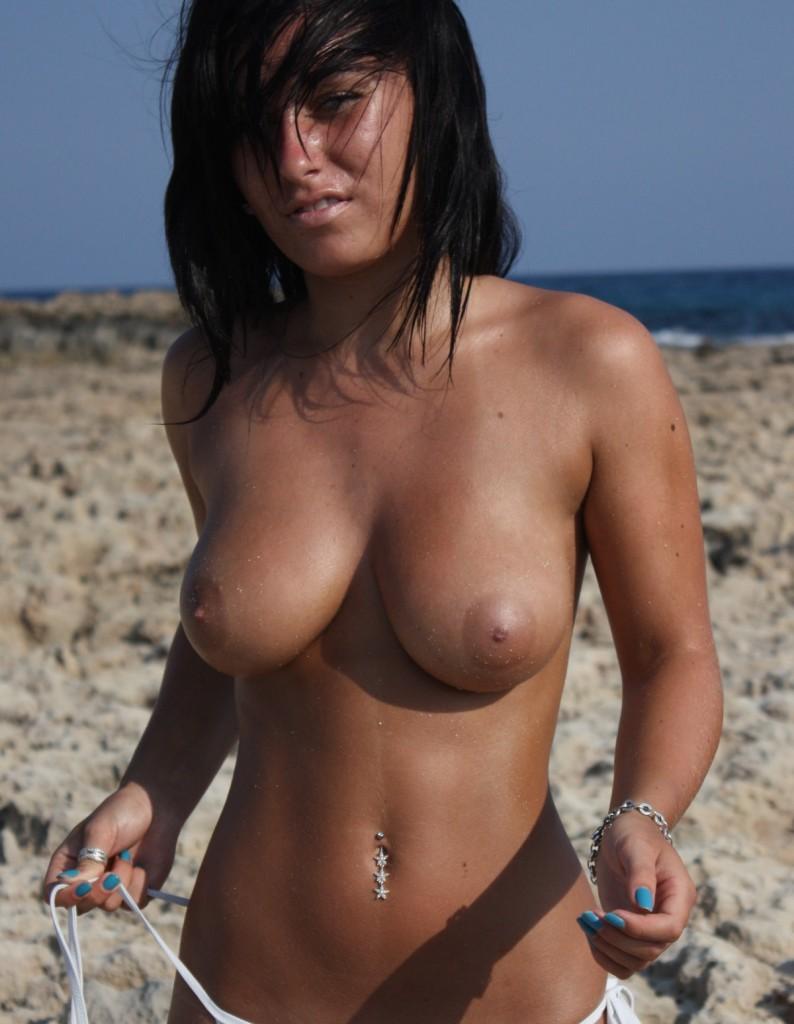 ugotituflauntit-chantelle-topless